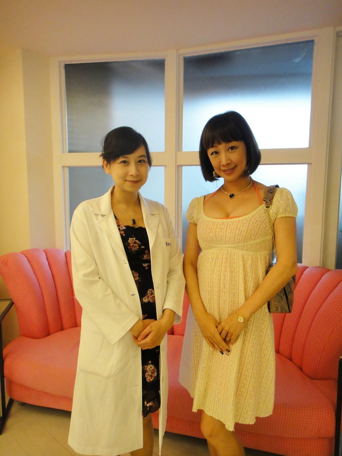 美人魚婦產科診所郭院長(左)邀請兩性時尚作家香娜(右)前往體驗